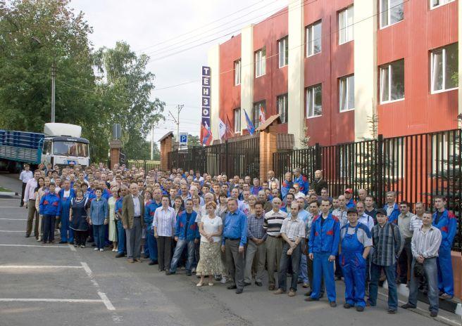 Коллектив сотрудников Тензо-М на фоне административно-производственного корпуса компании. 18 августа 2009г
